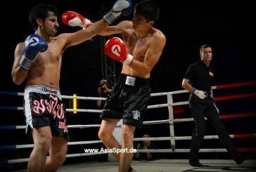 Muay Thai. Im Käfig. Mit MMA-Handschuhen.